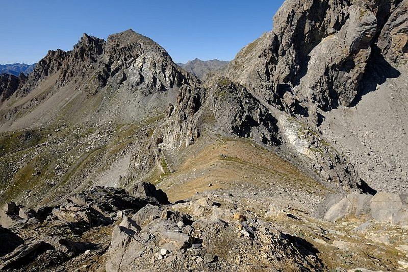 Discesa dal Bric Content con veduta sul monte Scaletta