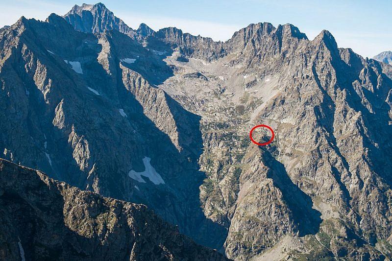 Il bivacco Costi, nel cerchiolino rosso, visto dalla cima del Lausetto