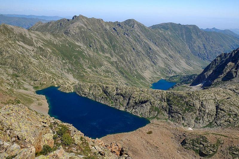 Dall'alto della cresta sguardo sui laghi della Sella