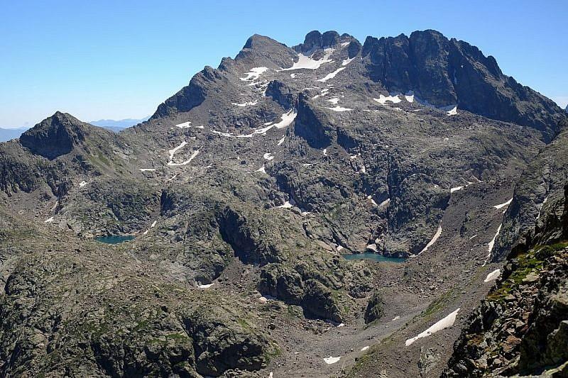 Si possono notare due dei quattro laghetti del Monte Matto