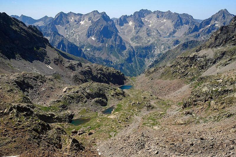 Laghi di Valrossa e, al fondo a destra, si intravedeil lago delle Portette col rifugio Questa