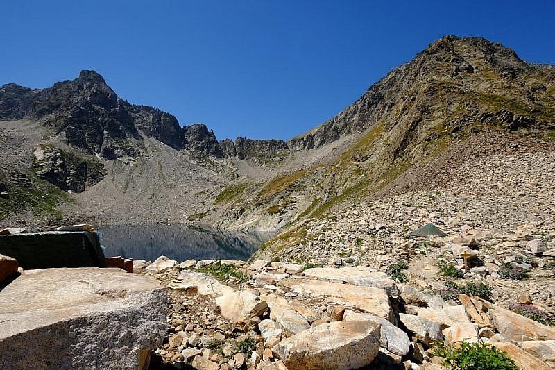 Al fondo, il passo Portette. A destra la Testa del Claus (2889 m)