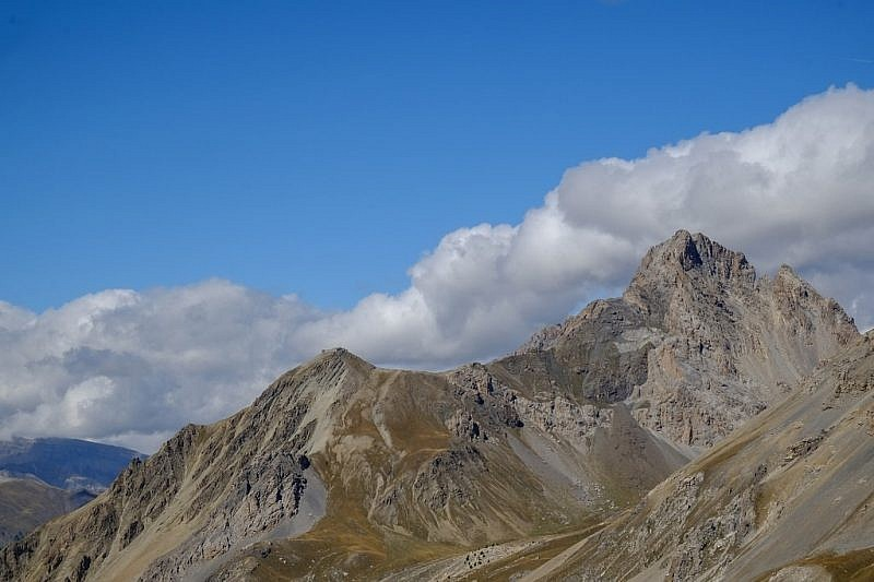 A sinistra la tête de Viraysse(2772 m), a destra la Meyna (3064 m)