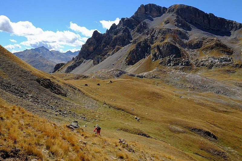 Cicloalpinisti in discesa verso il col de la Gypière