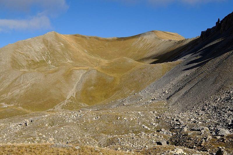 Nell'avvallamento superiore. La cima delle Manse è in fondo a destra