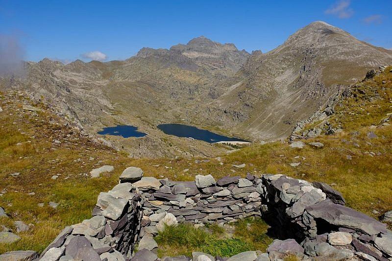 Parziale veduta dei laghi delle Meraviglie e dell'omonimo rifugio