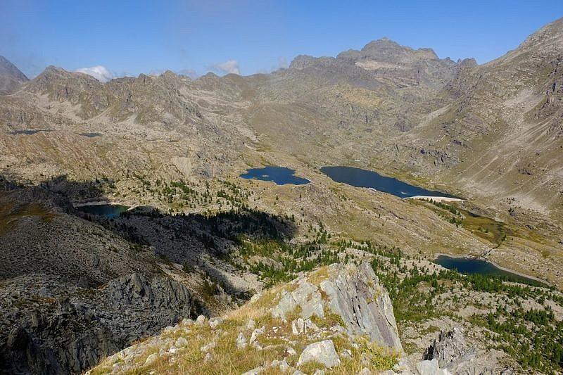 La visuale si estende anche al lac de la Muta (2274 m), in alto a sinistra
