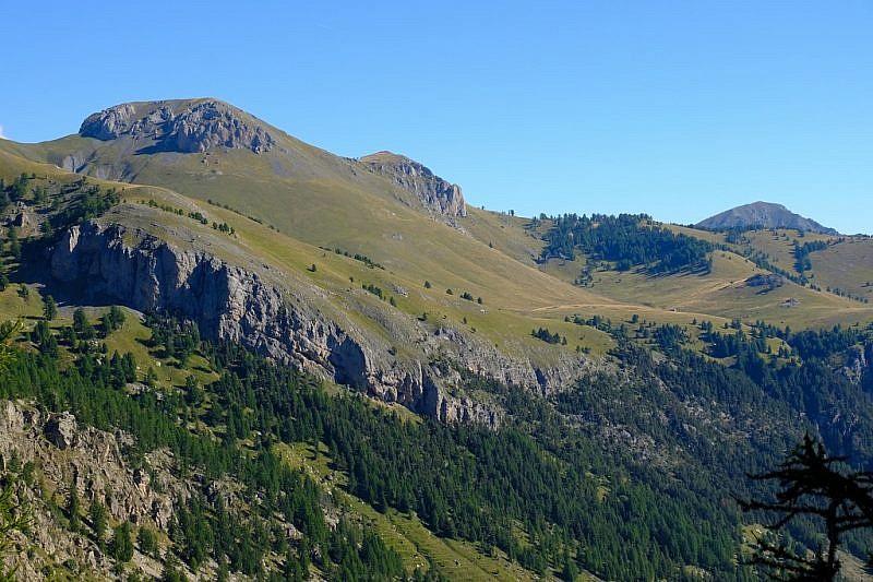 Veduta ravvicinata della cima e dei pascoli della Chanvrairée nella parte opposta del vallone