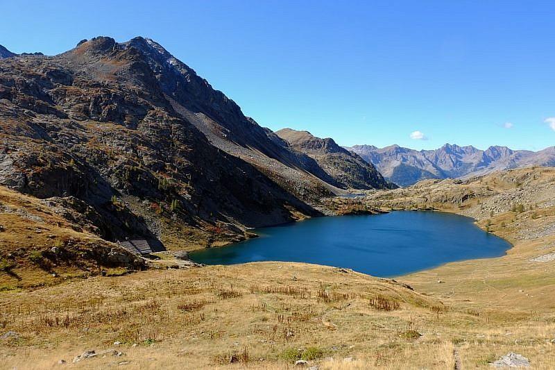 Verso il rifugio, in basso a sinistra, posto sopra il lago di Vens Superiore