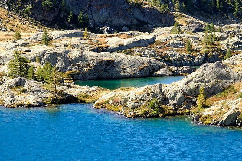 Al fondo, le rocce montonate nascondono gli altri laghetti