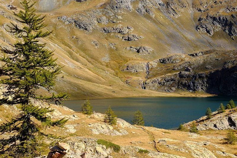 Tornando verso il lago superiore e il rifugio (a destra)