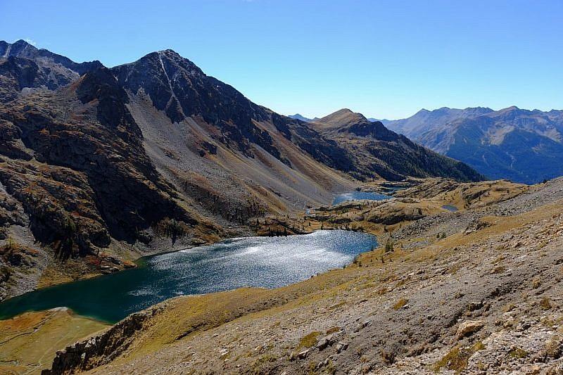 Veduta d'insieme dei laghi durante la risalita al colle