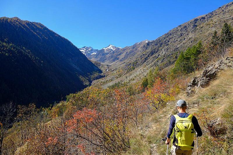Ultimi metri prima della borgata Luca con al fondo il vallone dell'Ischiator