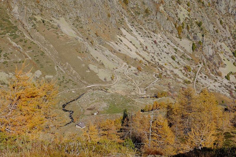 Discesa nel vallone inferiore dell'Alpette. In basso si nota la strada di salita al rifugio