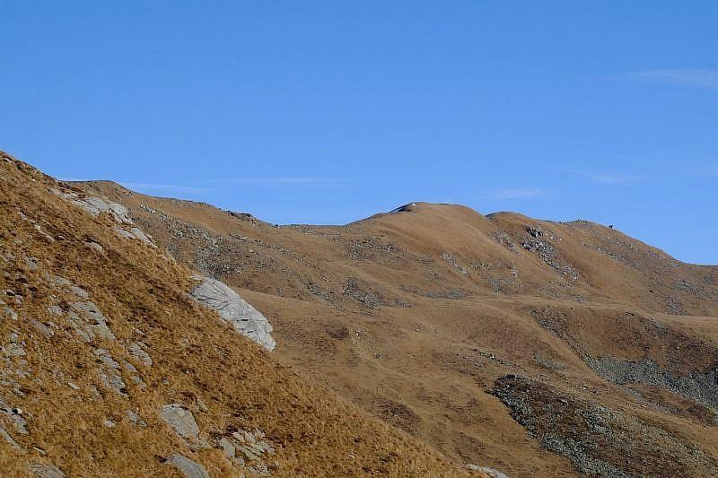 Alle nostre spalle, la cima Riba del gias (2379 m) e la testa di Garitta nuova (2385 m)in fondo a destra