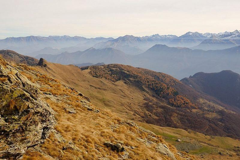 Dalla cresta si può notare lo spuntone di rocca Radevil e, più a destra,il colle dell'Ortiga