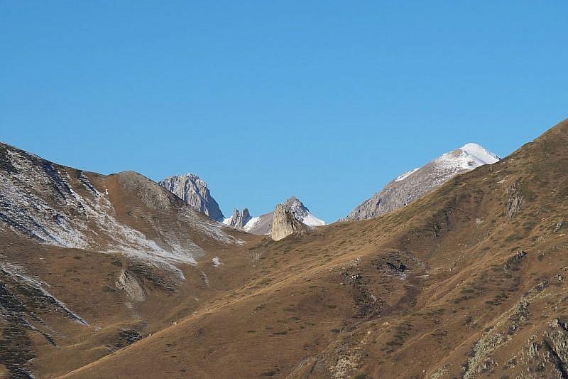 Al centro ed in primo pianola Pera Puntua tra le Rocce Salè e il Monte Omo