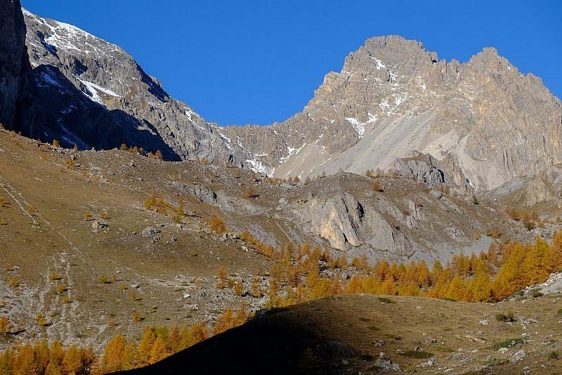 Al fondo il colle del Feuillas e il Monte Oronaye