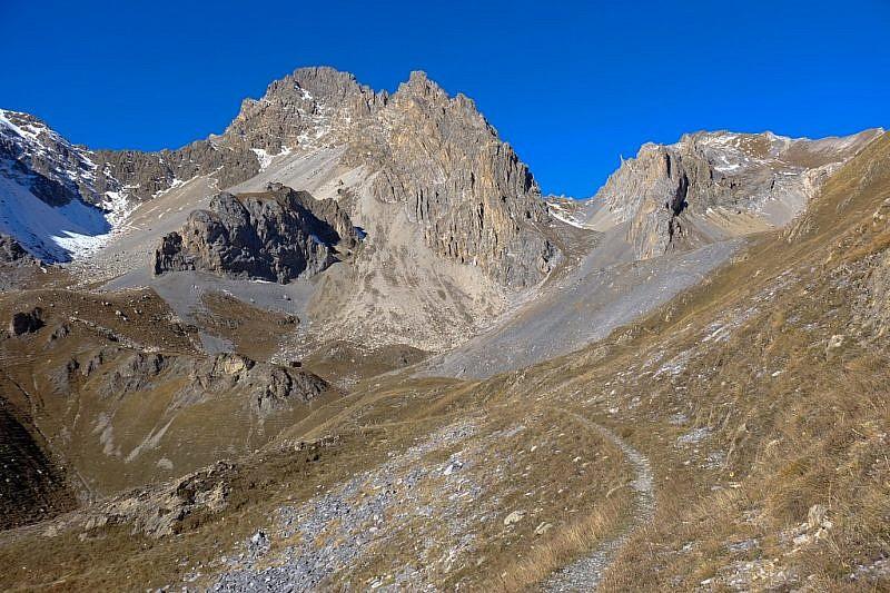 Verso il colle di Enchiausa (a destra nella foto)