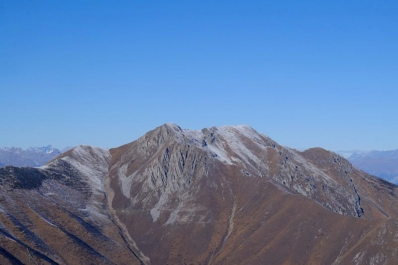 Lo sguardo si posa sulla Rocca d'Orel e la cima Bussaia