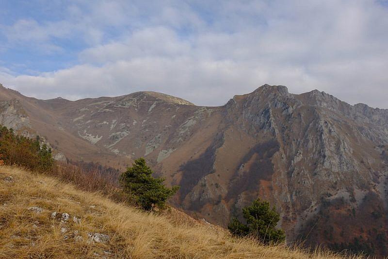 Al fondo, il monte Rastcias e colle dell'Agnelliera