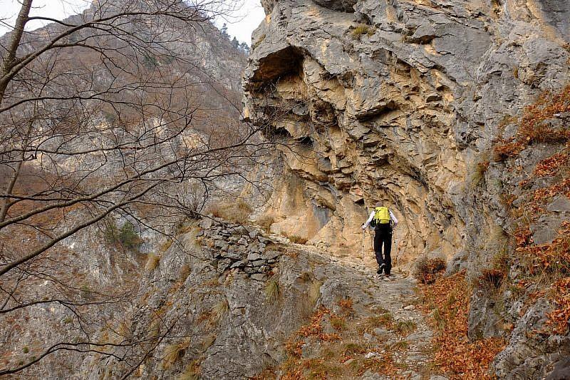 Serie di immagini nei tornanti scavati nella roccia