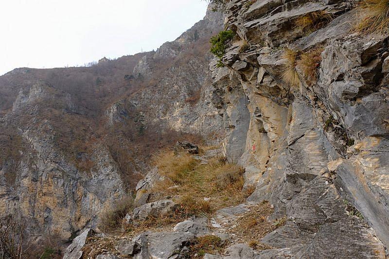 Nei tornanti scavati nella roccia