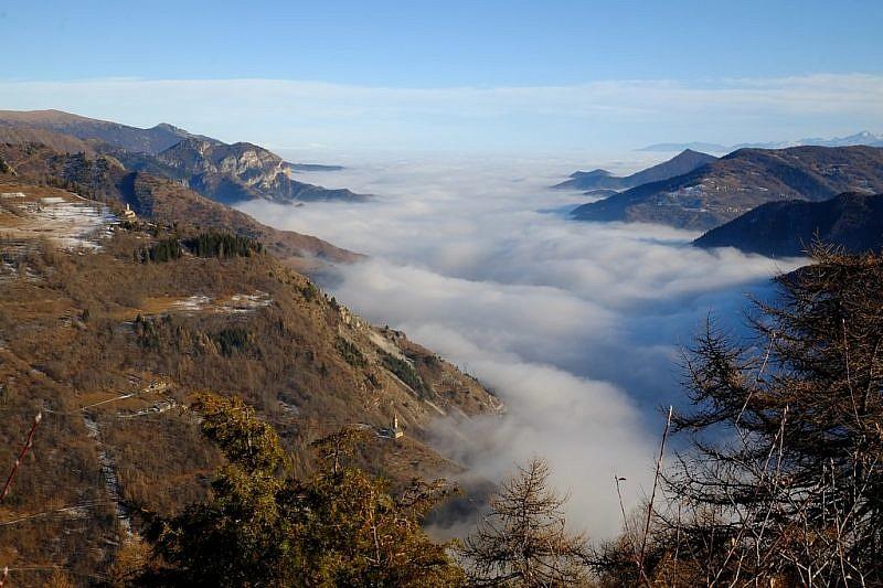 Ingrandendo la foto,a sinistra della nebbia si possono notare le chiese di san Peyre e santaMaria di Morinesio
