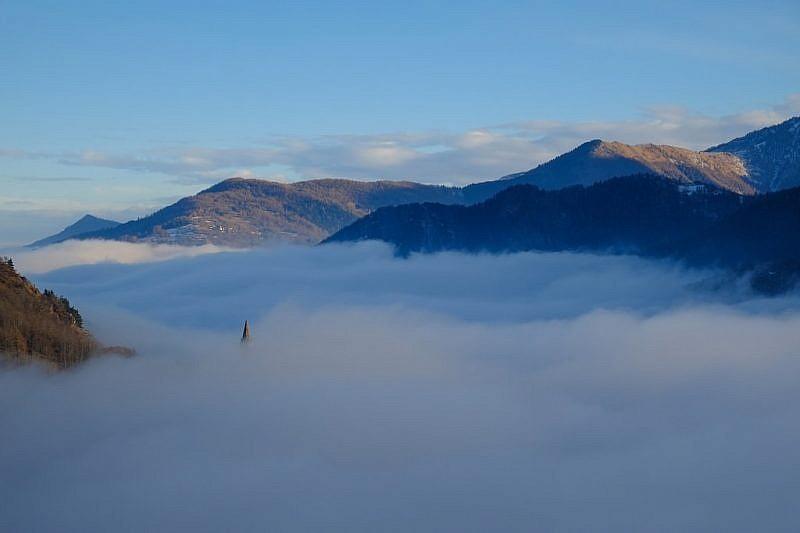 Il campanile di san Peyre spunta dalla nebbia