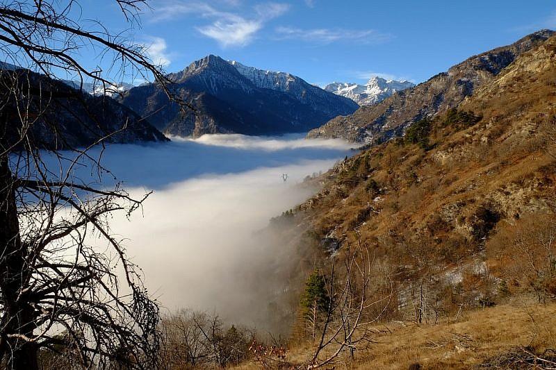 Un traliccio dell'Enelspunta dalla nebbia