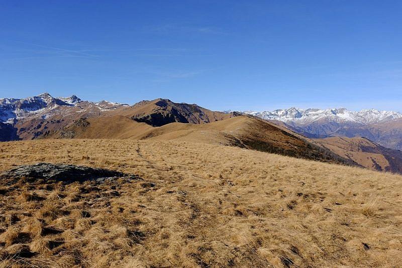 Il sentiero che prosegue verso il colledellaMargherita e la rocca Cernauda