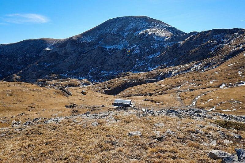 Il rifugioe, al fondo, la cima Pertega (2404 m)