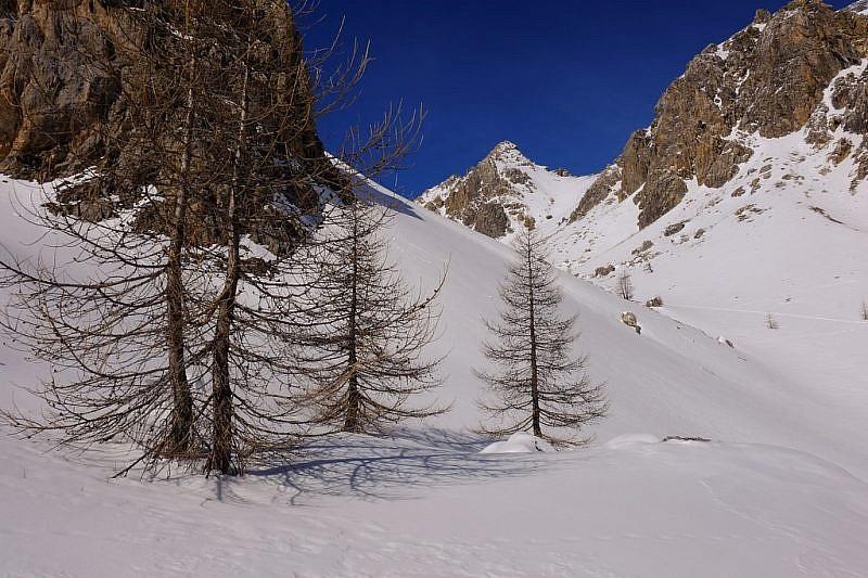 Lasciamo a destra le orme degli scialpinisti…