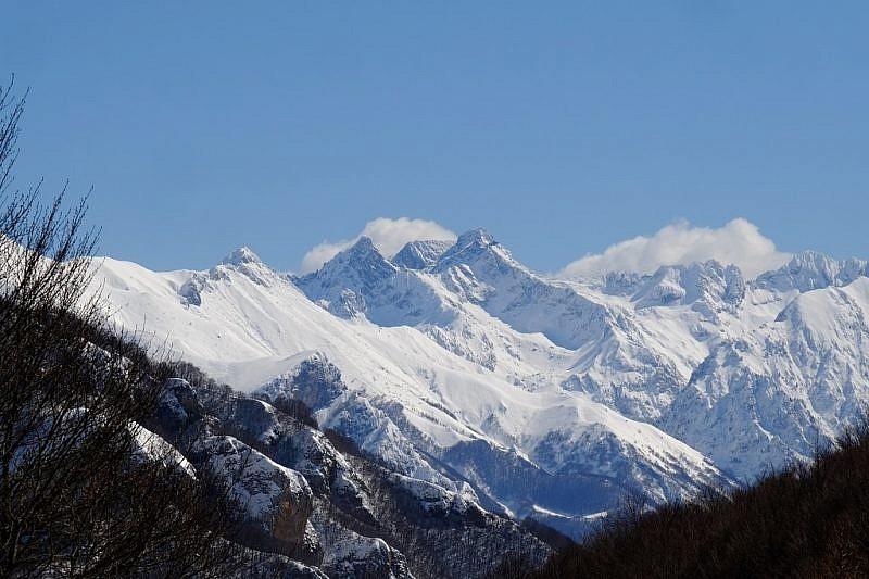 Al centro della foto il monte del Frisson e la rocca dell'Abisso