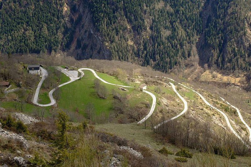 Scendendo sul sentiero dei ginepri, veduta della strada di Ussolo