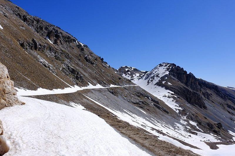 La strada che dal colle di Valcavera prosegue al Fauniera