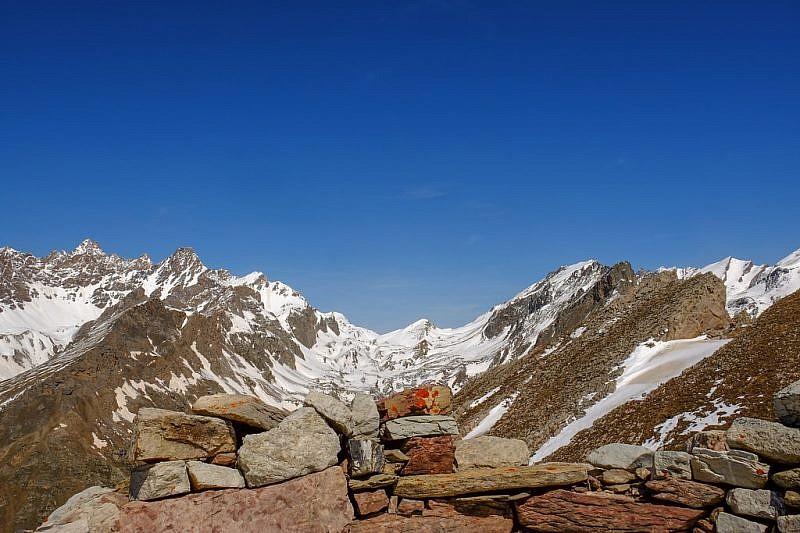 L'ampio vallone del Maurin visto dalla cima
