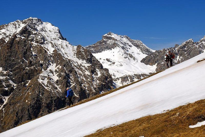 Discesa dal monte Eighier con lo sfondo di rocca Blancia (3193 m)
