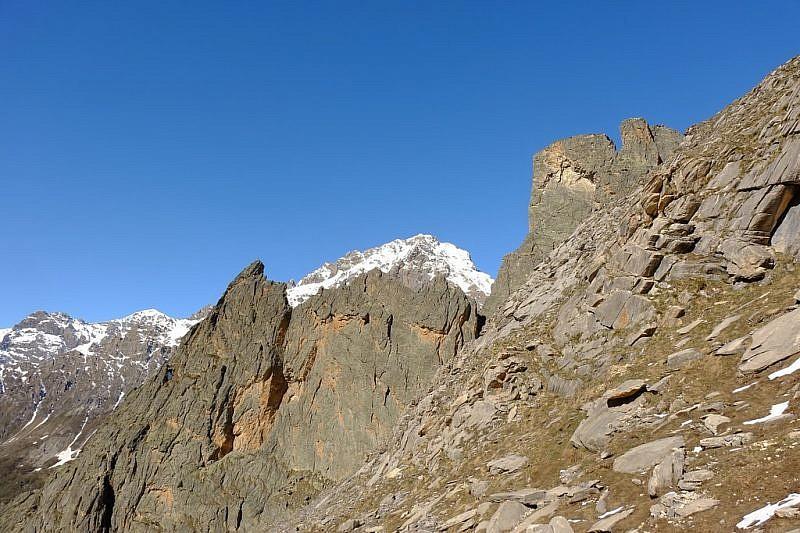 Rocca Provenzale (sinistra) e Castello con lo sfondo della rocca Bianca (3021 m)