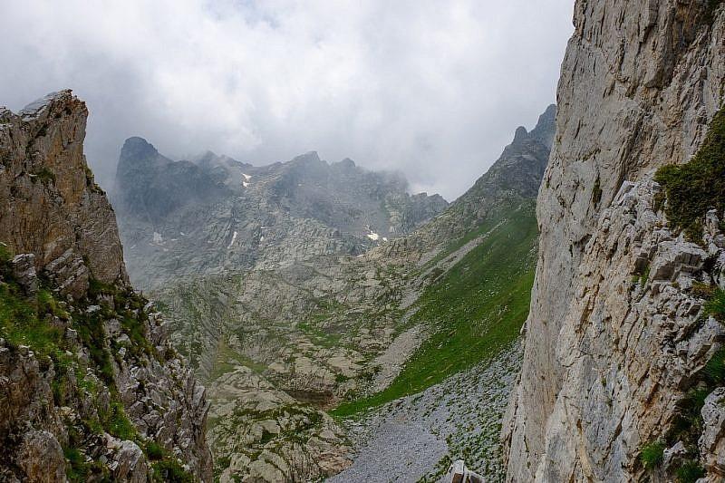 Il laghetto in basso e rocca della Bastera tra la nebbia a sinistra