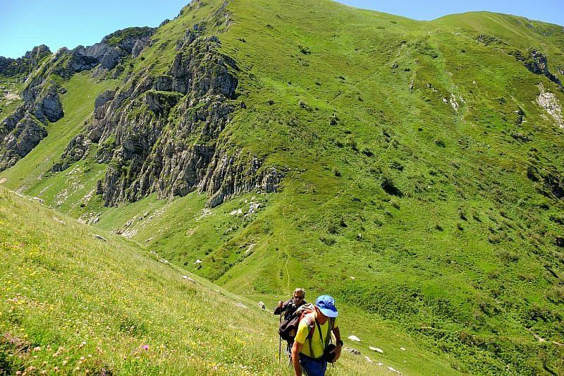 In salita al Monte Grosso. Alle nostre spalle la cima dell'Antoroto