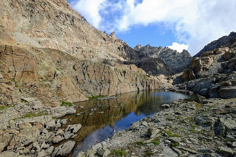Il primo lago. Cliccando sulla foto è possibile notare il bivacco appena sopra il lago nella zona d'ombra