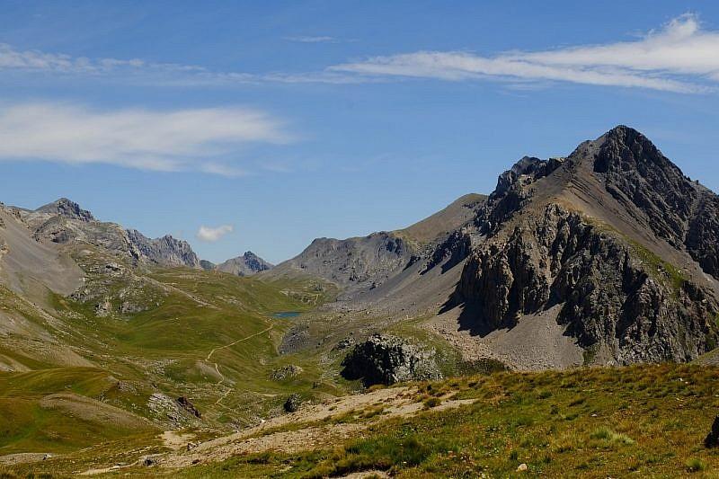 Inizio discesa nel vallone Oronaye. Al centro si nota il lago omonimo