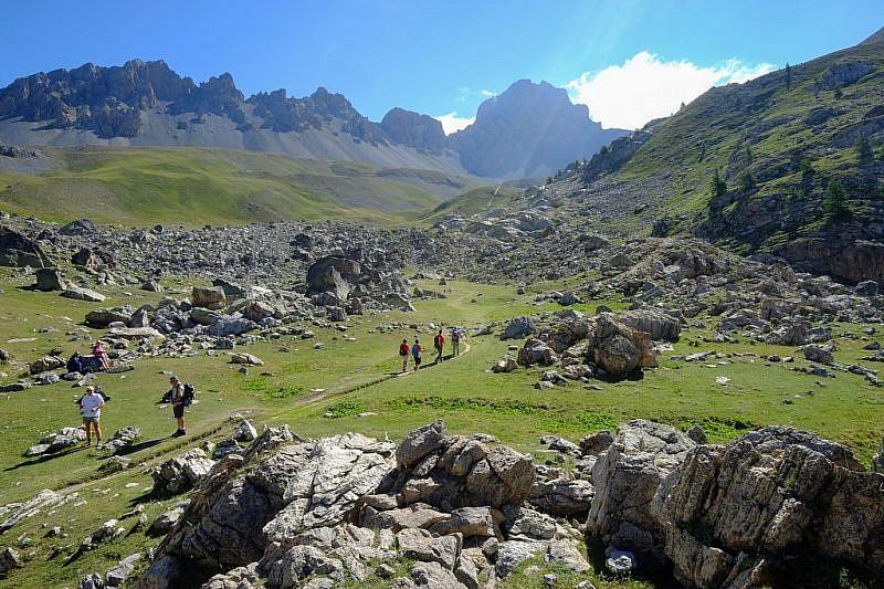 Escursionisti che si dirigono ai laghi Roburent