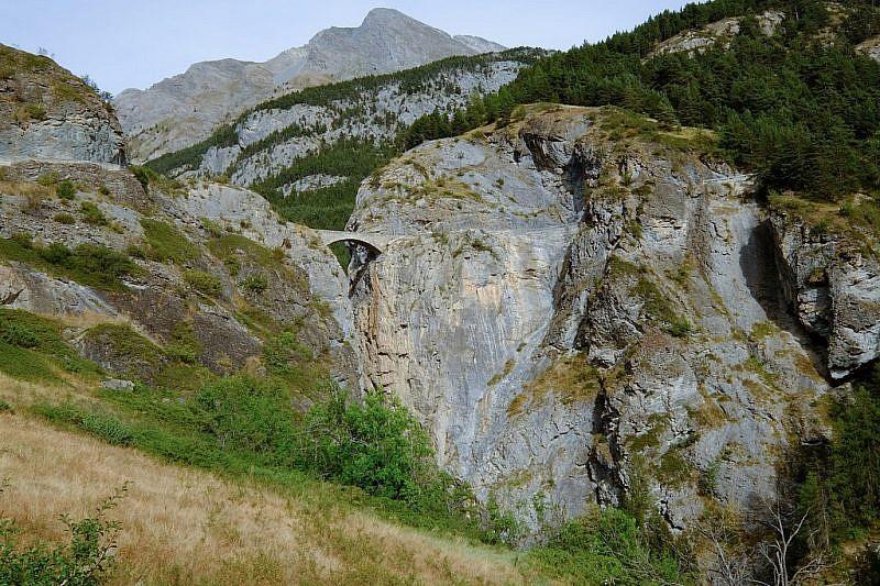 Ecco l'ardito ponte in pietra du Châtelet (108 metri di vuoto) da cui si accede a Fouillouse