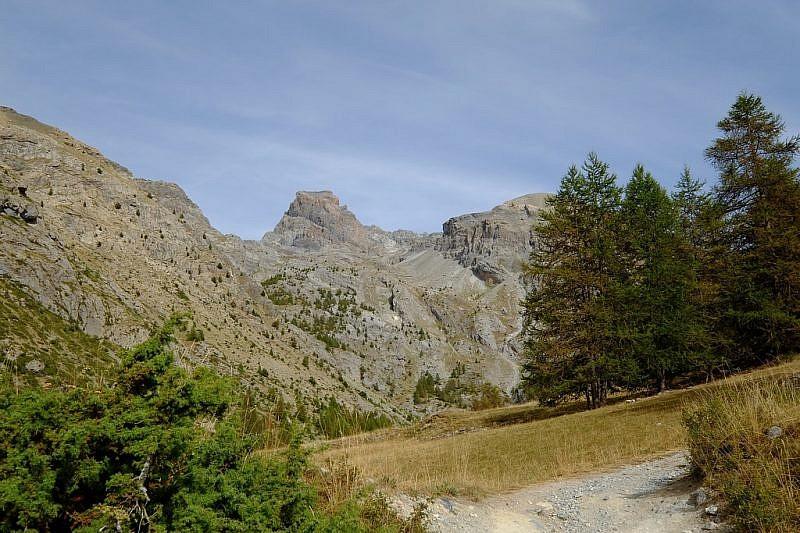 In partenza da Fouillouse compare sul fondo la mole tronca del Brec de Chambeyron