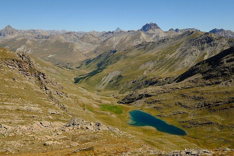 Dall'alto, veduta sul lago del Lauzanier