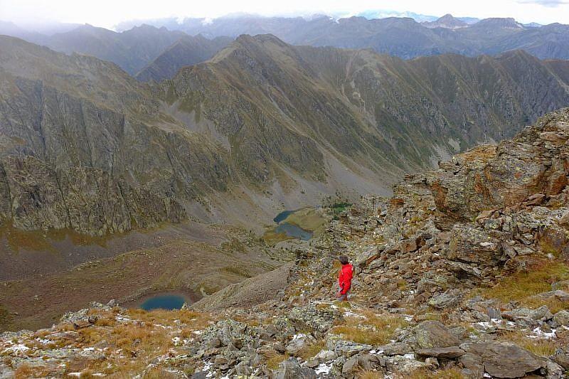 Dalla cima, lago Laroussa (sinistra) e rifugio Migliorero