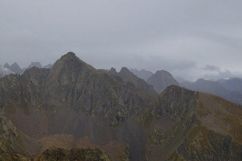 Becco Alto dell'Ischiator. In secondo piano le cime di Schiantalà e il Becco Alto del Piz