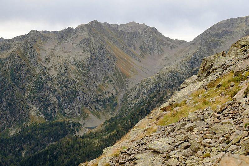 Dal passo, veduta del lago di San Bernolfo e del vallone della Guercia